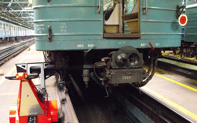 El empujador Super Power Pusher empujando el material rodante en el depósito de mantenimiento del Metro de Moscú