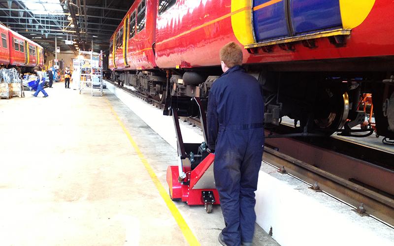 El empujador Super Power Pusher con ajuste de altura motorizado en Push Pad, para empujar el material rodante ferroviario a diferentes alturas desde el suelo