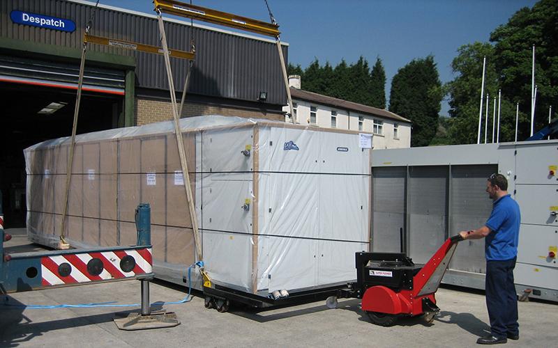 El empujador Super Power Pusher con brazo de dirección, moviendo unidades ferroviarias de 7.000 kg en Airedale