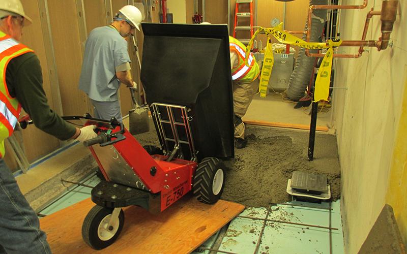 Volcando el hormigón desde la carretilla eléctrica MUV utilizando el vertedero eléctrico